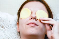 How to remove dark circles with natural remedies ? - Natural healthy tips Facial Scar Removal, Facial Scars, Acne Scars, Facial Masks, Porcelain Skin, Natural Shampoo, Dark Spots, Dark Circles, Beauty