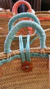 Resultado de imagem para como decorar un capazo con ganchillo o trapillo Diy Sac, Ethnic Bag, Diy Tote Bag, Unique Purses, Boho Bags, Basket Bag, Basket Decoration, Fabric Bags, Summer Bags