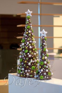 pokaz florystyczny bronisze zimowe kompozycje - Szukaj w Google Cone Christmas Trees, Christmas Mood, Holiday Tree, Rustic Christmas, Xmas Tree, Christmas Wreaths, Christmas Crafts, Christmas Ornaments, Holiday Centerpieces