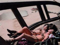 """El sueño libidinoso de cualquier fan de Star Wars...¡dos princesas Leia!, behind """"El retorno del Jedi"""" (1983), con Carrie Fisher y su doble tomando el sol en una pausa del rodaje en el desierto de Sonora."""