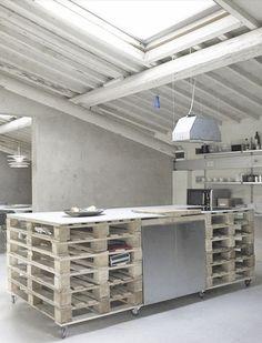 Et råt køkken bygget op af paller…
