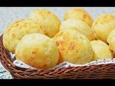 Pães de queijo are tasty little cheese buns popular in Brazil. They are made with cassava flour, which gives them an interesting taste and texture and makes them a gluten-free treat. Cheesy Bread Recipe, Bread Recipes, Snack Recipes, Snacks, Vegan Recipes, Coffee Bread, Cheese Buns, Best Street Food, Foods With Gluten