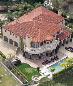 Kaley Cuoco purchased Khloe Kardashian's former marital home in LA for $5.4 million. Khloe's old gaff reportedly has 7 bedrooms, 6 bathrooms and a driveway big enough to accommodate more than 15 cars. #KaleyCuoco #CelebrityHomes #Mansion #LuxuryHome #RealEstate #Luxury