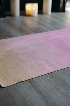 Le tapis de yoga YUJ est l indispensable des accessoires de yoga pour tous  les 58c4887bf86