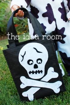 Great ideas for repurposing those free reusable totes for Halloween with a DIY treat bag tutorial | The The Idea Room