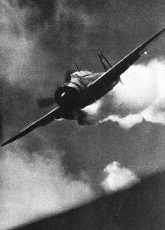 """Impresionante fotografía. Un piloto kamikaze segundos antes de estrellarse en el puente de mando del portaaviones """"Essex""""."""