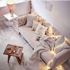 Cozy ✨✨ Fall style!   @impressionen_versand  #livingroom #couch #fairylights #coffeetable #stue #interior_delux