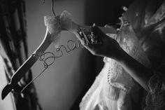 Ein kreativer und personalisierter Kleiderbügel für die Braut. Liebe zum Detail. Eine schöne Möglichkeit beim Getting Ready.