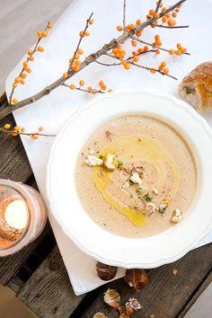 Die cremige Maronensuppe mit edlem Trüffelöl schmeckt so wunderbar winterlich und bildet die ideale Vorspeise für mein festliches Weihnachtsmenü.