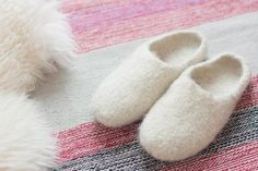 DIY: Knitted and felted house dabs - filzpantoffeln - Poncho Knitting Patterns, Baby Knitting, Dala Horse, Diy Kids Room, Diy Home Accessories, How To Start Knitting, Home Outfit, Wool Blanket, Bandana