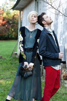 Esquente os dias de frio de forma elegante, com looks inspirados nas décadas de 30 e 40, compostos por vestidos e saias midi e texturas como tricô, couro, cashmere e pashmina.