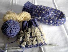 This free knitting pattern for thrummed mittens fits women. Knitted Mittens Pattern, Crochet Mittens, Knit Or Crochet, Knitted Hats, Knitting Stitches, Knitting Patterns Free, Knitting Yarn, Free Knitting, Free Pattern