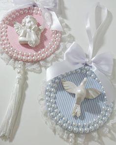 Escapulários de porta 💖💙 • Enviamos para todo Brasil • Whatsapp 27 999225221 • #batizado #batismo #batizadomenina #batizadomenino… Cd Crafts, Diy And Crafts, Hanging Ornaments, Christmas Ornaments, Crochet Barbie Clothes, Dream Baby, Twin Babies, New Hobbies, Communion