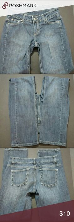 MERONA WOMEN'S SIZE 6 STRAIGHT LEG JEANS MERONA WOMEN'S SIZE 6 STRAIGHT LEG JEANS  These are a great condition pair of denim jeans from Merona. These are a Women's Size 6. These are a modern fit and a straight leg style. With the jeans laying flat, the waist measures 16 inches and the inseam measures 30.5 inches. These are pre-owned and some light signs of use should be expected.? Merona Jeans Straight Leg