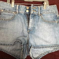 Old Navy denim shorts This is a size 4 denim shorts from old navy.  They are in good condition Old Navy Shorts Jean Shorts
