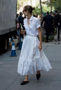 They Are Wearing: New York Fashion Week Spring 2018 Street style at New York Fashion Week spring Fashion Mode, Fashion 2018, Look Fashion, Trendy Fashion, Fashion Trends, Feminine Fashion, Skirt Fashion, Feminine Style, New York Fashion Week 2018