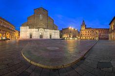 Piazza Maggiore and San Petronio Basilica in the Morning Bologna Emilia-Romanga Italy [OC] [2048x1365]