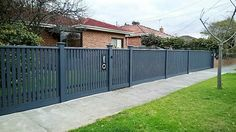 Capped picket fence in darker colour Driveway Fence, Front Yard Fence, Fence Gate, Picket Gate, White Picket Fence, Cheap Garden Benches, Humble House, Rustic Landscaping, Building A Fence