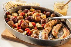 Les repas sur une plaque permettent d'utiliser de belle façon vos pommes de terre grelots et tout autre restant. Les saucisses, qu'elles soient congelées ou fraîches, cuisent rapidement, vous laissant avec un repas très savoureux en 30 minutes seulement… et juste une plaque à nettoyer.