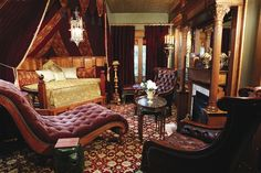 This richly decorated salon at Rivertown Inn in Stillwater, Minnesota, is reminiscent of an English gentlemen's library in an old country estate. Victorian House Interiors, Victorian Living Room, Victorian Parlor, Victorian Fireplace, Victorian Houses, Gothic Furniture, Leather Furniture, Stair Shelves, 1960s House