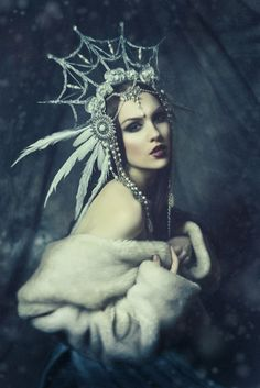 Mude a coroa, alguns detalhes do rosto e faça com qye o casaco se tranforme em uma cabeça de lobo porem ainda deixando os ombrosda garota. Faça no topo da coroa uma lua