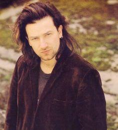 Bono (U2) >> Sol, Mercurio y Venus en Tauro. Ascendente, Júpiter y Saturno en Capricornio.