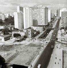 Rua da Consolação, em tomada a partir de ponto próximo à Rua Rego Freitas em direção à Av. Paulista.  Obras de alargamento daquela via, com trechos em pavimentação, próximos à futura obra de urbanização da Praça Roosevelt.  A nova São Paulo, a cidade que se humaniza, slogan da administração, ganha forma em foto realizada no dia 28 de fevereiro de 1968.  fotógrafo: não identificado Fundo PMSP, Grupo GP Acervo AHSP