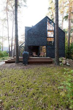 Majitelé si přáli velké prosklení domu, aby se mohli v zimě dívat do lesa a v létě okna otevřít, sedět na terase a poslouchat muziku společně s ptačím švitořením.