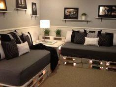 A esta sala se le agregaron llantas para modificar su tamaño y forma pues como podemos ver, esta dividida en secciones de sofas en diferentes tamaños. La mesa de centro esta también construida con …