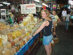 Een bezoek aan een lokale markt zal niet ontbreken tijdens je Thailand reis. Het gedroogde fruit is lekker om als snoepje tijdens je reis mee te nemen en de gedroogde zwarte en witte peppers als souvenir. Nadat je een kookcursus hebt gedaan (want dat doe je vast en zeker) kun je hier je ingrediënten halen zodat je thuis aan de slag kunt.