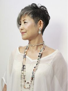 Mommy Hairstyles, Cool Short Hairstyles, Short Hair Styles, Japanese Short Hair, People Figures, Aging Gracefully, Grey Hair, Short Cuts, Pixie Cut