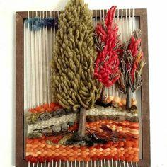 No photo description available. Weaving Textiles, Weaving Art, Tapestry Weaving, Loom Weaving, Hand Weaving, Diy Crochet Wall Hanging, Crochet Wall Hangings, Weaving Wall Hanging, Yarn Crafts