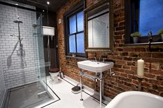 Easy Industrial Bathroom Decor Ideas That You Can Create For Your Urban Getaway Industrial Bathroom Design No. Hotel Bathroom Design, Industrial Bathroom Design, Loft Bathroom, Best Bathroom Designs, Glass Bathroom, Chic Bathrooms, Industrial Interiors, Bathroom Interior, Amazing Bathrooms