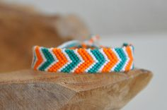 Every shoe-lover needs to possess this bracelet. The bracelet has to do with 7 inches in length and 5 shoe appeals hang from the oval links of bracelet. Floss Bracelets, Diy Bracelets Easy, Summer Bracelets, Bracelet Crafts, Braided Bracelets, Ankle Bracelets, Handmade Bracelets, String Bracelets, Armband Tutorial