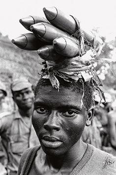 Un soldat ibo au Biafra, 1968. © Fondation Gilles Caron/Contact Press Images  Pour moi, c'est la référence absolue en photographe de guerre (avec Capa bien évidemment)