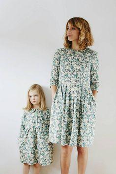 Schöne Vintage Blumendruck passende Kleider für Mutter und Tochter. Diese Kleider sind perfekt für jeden Tag oder besondere Anlässe. Passende Mutter und Tochter Kleider sind in einem Baumwoll-Popeline-Stoff gemacht.  Schönes Geschenk für eine Mutter-Tag oder ein Baby Dusche fest.  Material: 100 % Baumwolle  Mutter-Kleid-Kontur: -ausgestattet mit Faltenrock -Tasten an der Vorderseite des Kleides öffnen -Peter Pan-Kragen -3/4 Ärmeln -Taschen in der Seitennaht Rockes versteckt -dieser Rock des…