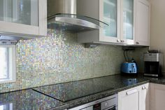 Keittiön inspiraationa meri #keittiö #välitila #mosaiikki #abllaatat