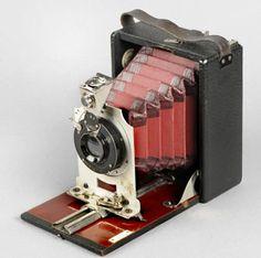 Aparat fotograficzny  Urządzenie służące do rejestracji obrazu rzeczywistego na materiałach światłoczułych (opartych zwykle o halogenki srebra) lub na matrycy CCD składającej się z wielu elektronicznych elementów światłoczułych. Aparaty fotograficzne składają się z korpusu, w którym znajduje się ciemnia optyczna, z obiektywu (zamocowanego na stałe lub wymiennego) ewentualnie z wbudowaną przysłoną oraz celownika. W większości aparatów występuje migawka, a w niektórych wbudowany jest…
