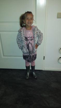 DIT is Mayra ze is  1 meter lang en draagt het jurkje , het heerlijke teddyvest en zelfs de maillot van SOMEONE in  maat 104 #vipkidz #someone #kinderkleding