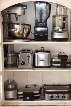 Decluttering Challenge - Savvy Apron Kitchen organization tips that work. These tips are great for someone the cook who need items easily accessible and organized. Kitchen Appliance Storage, Kitchen Pantry Design, Diy Kitchen Storage, Modern Kitchen Design, Home Decor Kitchen, Interior Design Kitchen, Kitchen Appliances, Appliance Cabinet, Bosch Appliances