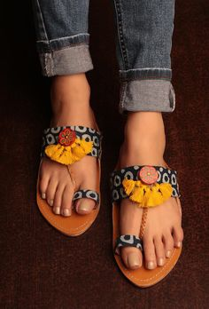 Kolhapuri VS Mules- The Battle of Shoes – Saba scribbles Toe Ring Sandals, Shoes Flats Sandals, Boho Sandals, Pretty Sandals, Toe Rings, Women Sandals, Flat Shoes, Flat Sandals, Women's Shoes
