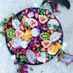 Amazing fruit platter for breakfast Cucamelon, kiwi berries, figs, dragon fruit, peach and strawberries. Gelato, Wedding Food Menu, Party Wedding, Kiwi Berries, Bowls, Jus D'orange, Veggie Tray, Nutrition, Fruit Smoothies