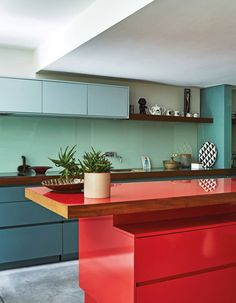 Modern Kitchen Interior Red Accent Decor Inspiration: Bright, modern, mid-century modern-inspired kitchen with red and blue countertops Modern Kitchen Design, Interior Design Kitchen, Modern Interior Design, Colour Pop Interior, Masculine Interior, Pastel Interior, French Interior, Interior Walls, Contemporary Interior