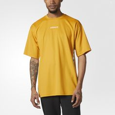 This men's t-shirt pairs retro styling with a roomy fit for a modern feel. It shows off jacquard Trefoil-pattern tape down each side that's inspired by archival styles. The tee features a linear Trefoil logo across the chest and a small Trefoil on the back.