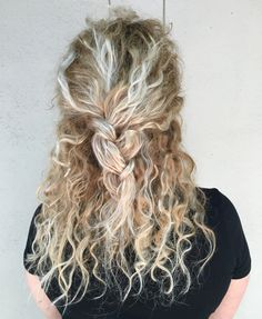 15 Balayage blonde curly hairstyles Haarfarbe 0 Haz 2018 hair color 0 hair Balayage blond curly hair Balayage on natural curly hair Hairstyles for prom Balayage curly hair Blond Balayage Blonde İr Dark brown to blond ombre Blond Loose Curls Long Hair … Curly Hair Styles, Natural Hair Styles, Blonde Curly Hair Natural, Wavy Hair, Summer Hairstyles, Pretty Hairstyles, Balayage Hair Blonde, Blonde Highlights Curly Hair, Blonde Curls