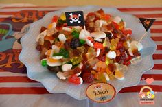 candy-bar-tematica-pirati-farfurii-hartie-polka-dots Bar, Cobb Salad, Pirates, Mexican, Candy, Ethnic Recipes, Food, Essen, Meals