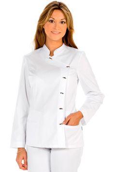 El blusón blanco manga larga con botones ovalados de dyneke, dispone de un cuello mao, discreto escote y va cerrado en el lado izquierdo. Con un bolsillo de palastrón en la parte derecha y un bolsillo cortado en la parte izquierda. Mide 68 cm de largo. Prenda entallada, muy femenina, elegante y sobria. #MasUniformes #RopaLaboral #UniformesDeTrabajo #VestuarioOnline #Dyneke