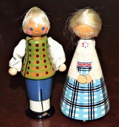 Vasakul/left: Muhu(?). Paremal/right: Lüganuse. Salvo dolls from Estonia.