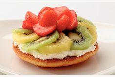Kijk wat een lekker recept ik heb gevonden op Allerhande! Zomerse eierkoek met kiwi en aardbeien