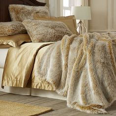 Sometimes mere luxury isn't enough—it's decadence you're after. That's when you bring out this gold ombre fur blanket, with acrylic fur on one side and faux mink on the other. Either way you look at it, this is bedding that invites pure indulgence. Dare we say, it's exactly what you're looking fur?